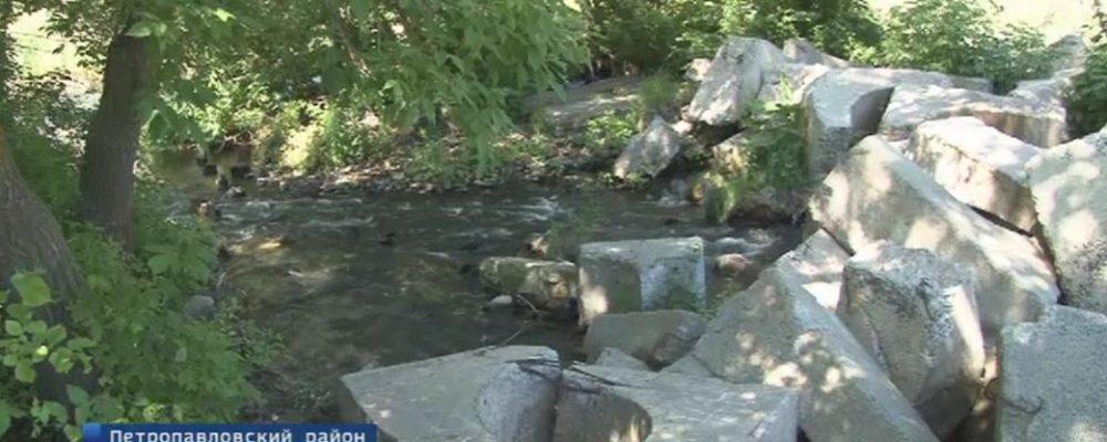 Бетонные баррикады на реке в Петропавловском районе так и не убрали