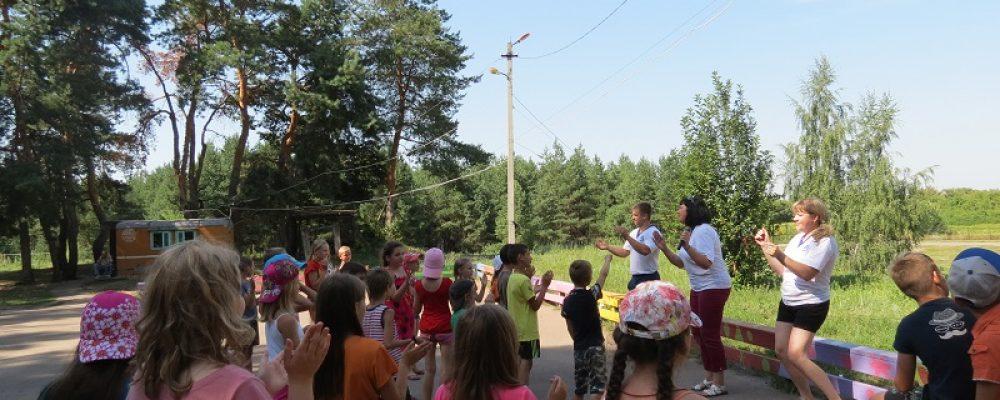 Калачеевские полицейские и общественники провели в детском оздоровительном лагере «Зарядку со стражем порядка»