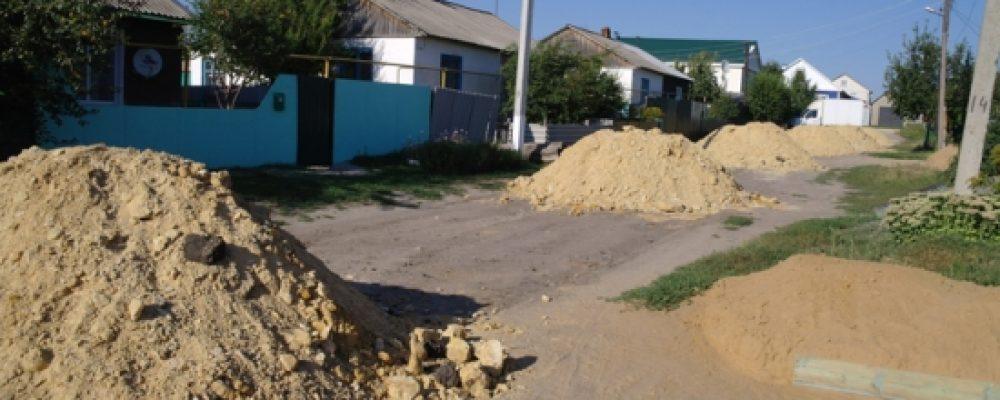 Жители Калача на просьбу о ремонте дорог получили кучи глины с песком