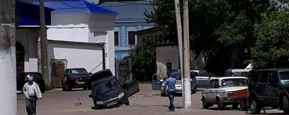 Житель Бутурлиновки ищет коммунальщиков, из-за которых его машина провалилась под асфальт