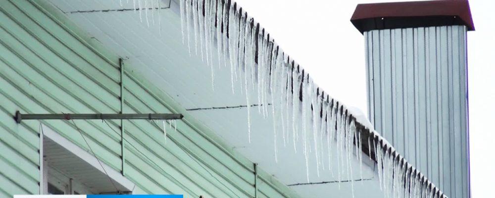 Калачеевцам предлагают за деньги убрать лёд на крышах многоквартирных домов