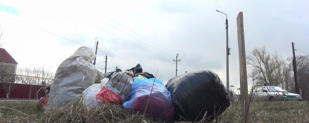 Улицы Калача завалили мусором из-за отсутствия контейнеров