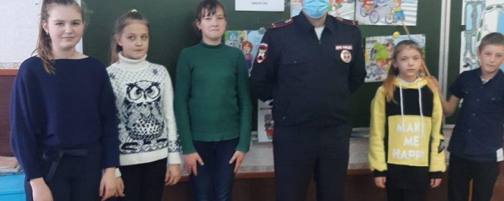 Инспектор калачеевского ОГИБДД встретился со школьниками и воспитанниками детского сада