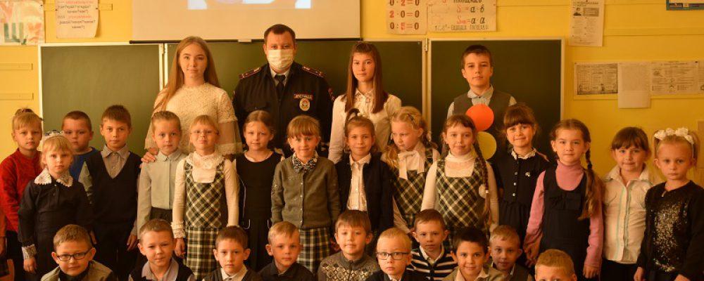 Калачеевские сотрудники ОГИБДД продолжают работу по пропаганде соблюдения правил дорожного движения среди школьников