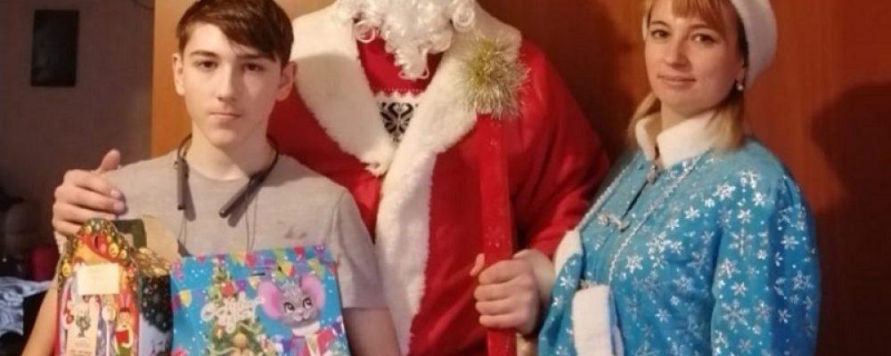 «Полицейский Дед Мороз» в Калаче посетил семьи сотрудников ОВД, погибших при исполнении служебных обязанностей